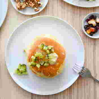 食卓に並べるだけで、シンプルなのに見栄えする真っ白な食器のシリーズ。デイリーにも来客時にも使える素敵な真っ白食器を、シリーズごとにご紹介します。