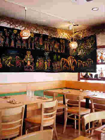 スリランカらしさが目の前に広がる店内。月曜日のディナー・日曜日のランチがお休みですが、火曜から土曜まではランチとディナーで利用可能です。