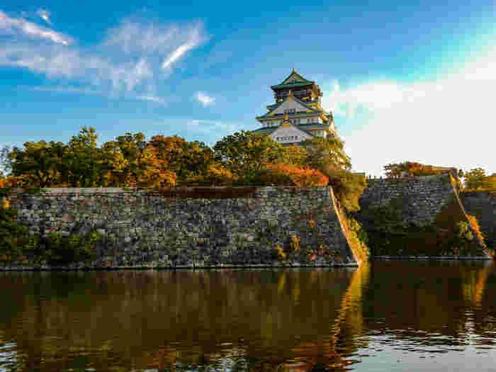 特別史跡、大阪城がある大阪城公園では、随所に景勝地が点在しています。白亜の天守閣、険しい石垣、石垣を取り囲むお濠が織りなす景色は、まるで一枚の絵のようです。