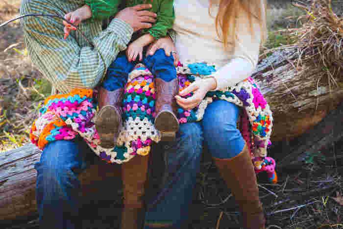 そこで、ここでは素敵なデザインのブランケットやバッグと、モチーフの編み方・つなぎ方をご紹介します。 糸もあたたかいウールなら冬用に、コットンで編めば春夏にも使える作品に。素材も色々楽しめるのも編み物のいいところです。  お気に入りの毛糸で編んだブランケットやバッグは、きっと大好きなオンリーワンになりますね。