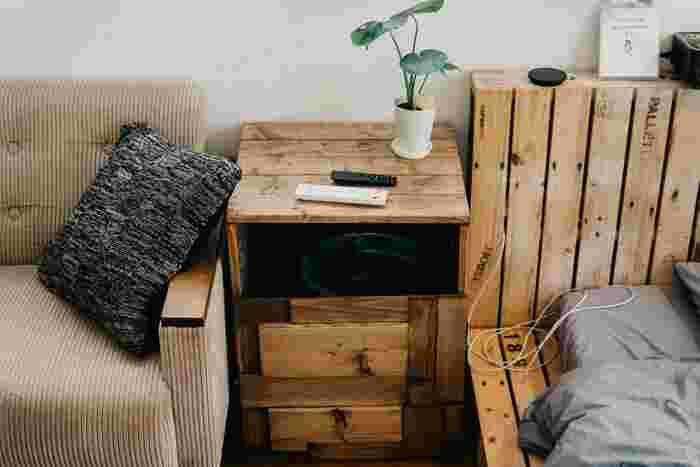 ベッドサイドにあるサイドテーブルにもなる棚。実はこの中にゴミ箱を入れているんだそう。上手く隠しているので、よく見ないと全くわからないですね。