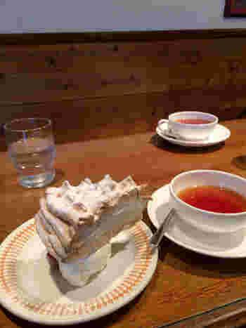 紅茶によく合うケーキやスコーンを頂くことができます。 40年以上の紅茶専門店が提供するケーキは、紅茶との相性がよく考えられています。