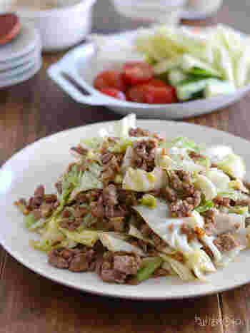 豚ひき肉とキャベツを甘みそで味付けした炒め物レシピ。優しい味わいなので、子どもでも食べやすい◎  豚ひき肉は火が通りやすいので、忙しいときのレシピとしても大活躍!キャベツは生のままでも食べられるため、ササっと炒めるだけでOK◎ シャキシャキとした食感を楽しみたい人は、軽く炒めるのがおすすめです。