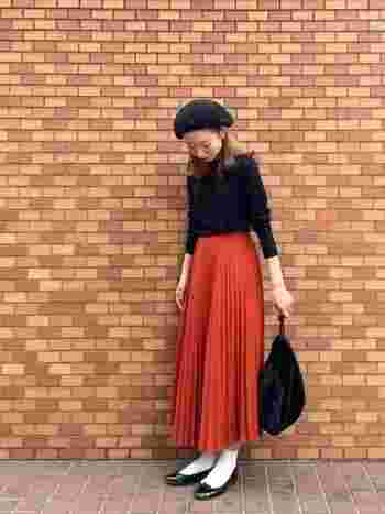 目が覚めるような鮮やかなカラーのスカート。主役以外は黒で統一し、バランスの良いコーディネートの完成です!
