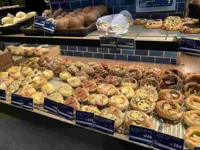 自家製酵母を使って焼き上げるパンは、ハード系から菓子パン、惣菜パンまでさまざま。バリエーションが豊富なので、何度通っても飽きません。