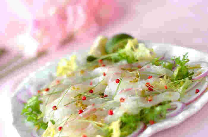 昆布締めした鯛は、こりっと身が引き締まり、よりおいしさもアップ。柚子胡椒の風味が、よく合います。散らした芽ネギやピンクペッパーも美しいですね。