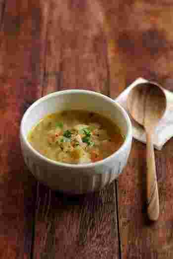 お野菜をカットする大きさをそろえると仕上がりがワンランクアップします。コンソメベースのカレースープは食べやすくて、食欲をそそります。