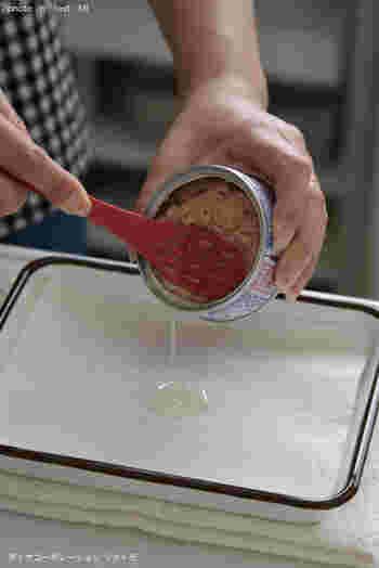 「ツナトモ」という名のツールは、その名のとおりツナ缶専用アイテム。 缶の蓋を開ける、中身がこぼれないように油切りする、盛り付けるの3つの作業がこの1本で叶います。  他にも調味料の撹拌や、汁気を切りつつ取り出したい食材を扱うときにも便利です。