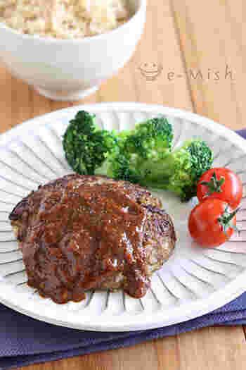 ハンバーグのひき肉を減らして、その分玄米を加えたヘルシーハンバーグ。玄米のしっかりした食感が残って、満足感も得られそうです。ひき肉が足りないという時のつなぎに、余った玄米を使えるお助けレシピにもなります♪