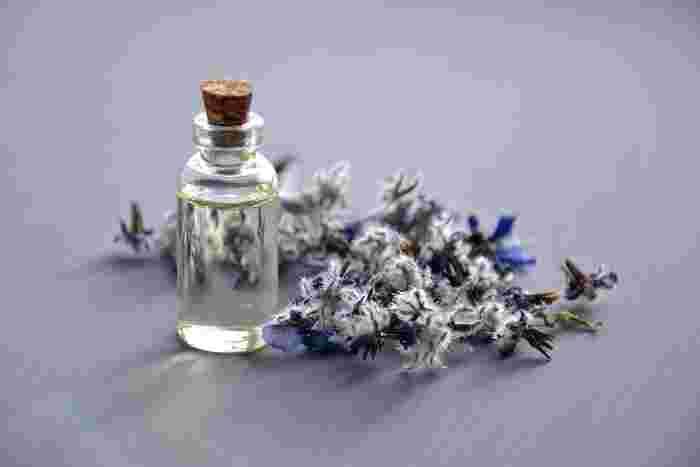 マッサージする時は、オイルやクリームを使うのがベスト。肌のすべりが良くなって、乾燥対策にもなりますよ。香りの良い物を使えば、癒し効果も高まります。