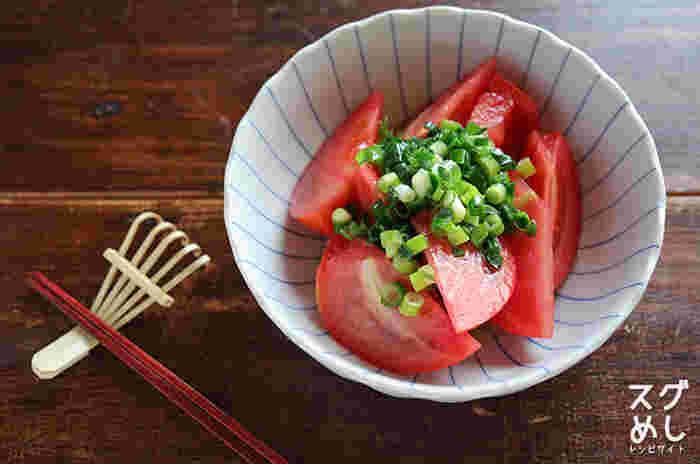 カットしたトマトに特製のネギ塩ダレをかけるだけの簡単なのに美味しいやみつきレシピ。トマトをカットしている間に、レンジで簡単にネギ塩ダレを作れるうえに、トマト以外の野菜にも使えるので、覚えておくとおつまみをすぐに作りたい時に役立ってくれそう。