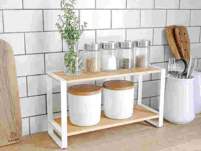 オープンラックなので、飾るものにもこだわっておしゃれな見せる収納にしたいですね。シンプルながら天然木の温もりを感じられるつくりで、キッチンを格上げしてくれます。