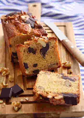 カシューナッツとくるみ、チョコを使ったパウンドケーキです。ごろごろと入っているナッツとチョコの食感がたまらなく食べ応えがあり◎カカオの香りも美味しいケーキです。
