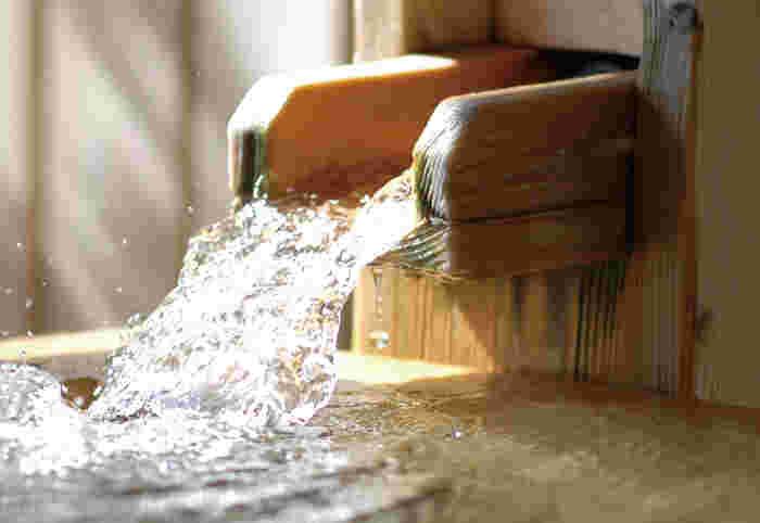 """また、箱根湯本の温泉施設では、ほとんどが*""""源泉100%かけ流し""""です。湧き出したままの成分を損なわいため、効験があらたか。常に湧き出した湯が注ぎ入れられているため、多くの人が利用していても浴槽内はいつも清潔、清浄です。いつでも新鮮な湯で寛げます。"""