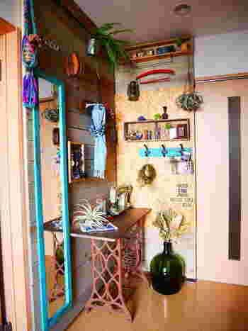 部屋の角にスペースを設けたのであれば、前面の壁だけでなく、横の壁もうまく利用してみるのがおすすめ。