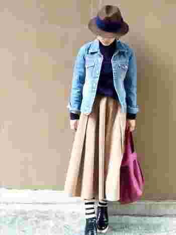 ロングスカート&デニムジャケットに合わせたのは、ざっくりとした形のピンクのバッグ。