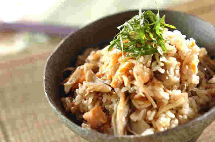 脂肪分が少なくさっぱりと食べられる秋鮭は、ご飯と一緒に炊き込めば旨味が出てとっても美味しい!こちらはショウガをつかった鮭の炊き込みご飯レシピ。気になる鮭の生臭さをショウガが消してくれます。仕上げに大葉を乗せて、風味と爽やかさを。