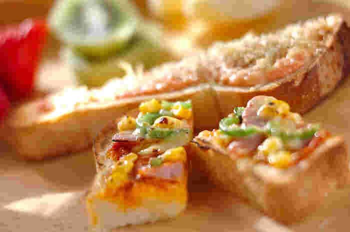ご飯を作る時間はないけど、朝食はしっかり食べたい!という方には、具材をのせて焼くだけで完成する「トースト」がおすすめです*こちらは明太子やちりめんじゃこをのせた和風テイストと、ソーセージやピーマンをトッピングしたピザ風トーストの2種類の味が楽しめるチーズトースト。パパっと簡単に作れるトーストは、忙しい朝に嬉しいメニューです。
