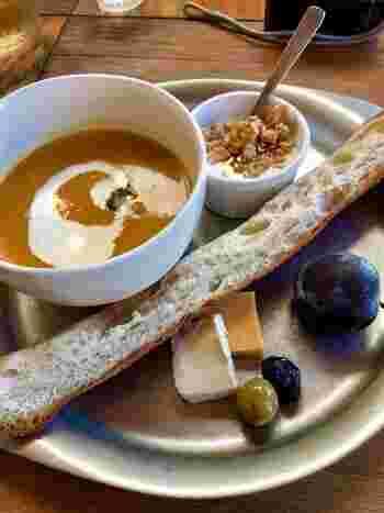 ランチは、日替わり・週替わりカレー・パンとスープセットの3種類。こちらはパンとスープのセットです。野菜のスープにフルーツとヨーグルトまでついてくる栄養たっぷりなプレートです。