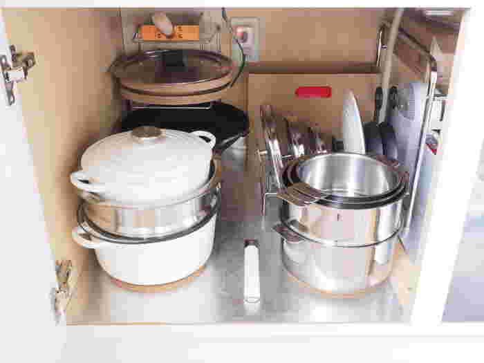 シンク下には、まずはじめに水を使うことの多い鍋類を収納しておくといいですね。炊飯用のルクルーゼなどは、水加減を毎回する必要があるので、水栓の近くに収納しておく方が便利です。