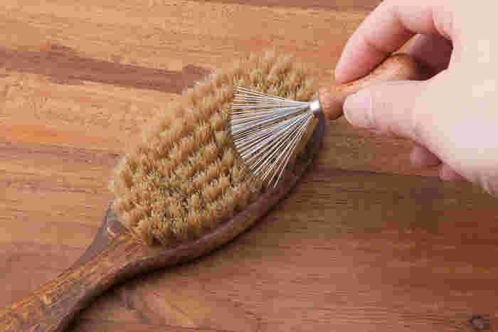 ヘアブラシのお掃除、マメにしていますか?詰まった髪の毛やホコリはなかなか取れづらく苦労している方も多いと思います。そんな時、コレがあればとっても便利!