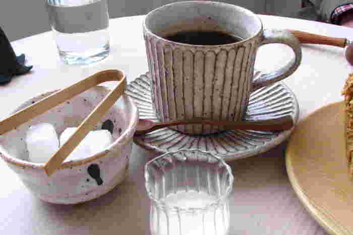 コーヒーは札幌のお店から取り寄せ、白神の水で抽出されたこだわりのもの。 食器類もひとつひとつどれも素敵で心が和みます。 何時間でも居座りたくなるようなカフェですね。