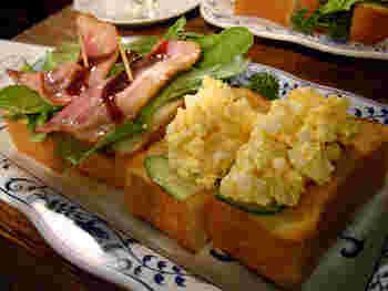 フードメニューはサンドイッチなどの軽食が中心。 こちらは、ベーコン・玉子・野菜など6種類の具から2種類選べる「ミックストースト」。ボリュームがあるので女性ならランチとして頂けますが、スパゲティやカレーが食べたい場合はお隣の「さぼうる2」へ。