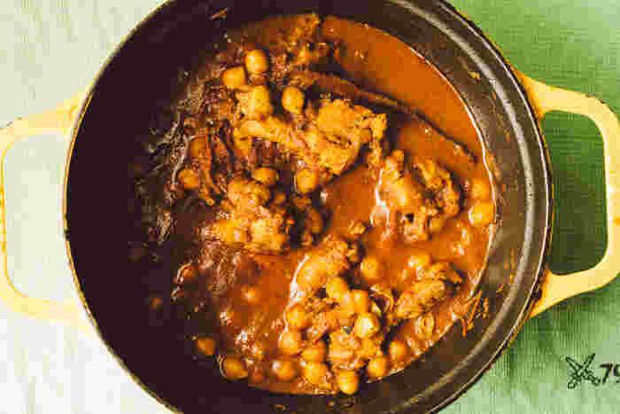 酸味の強いカレーがお好きな方には、「酸っぱいひよこ豆とチキンのカレー」を。カレーと相性のいいひよこ豆を存分に生かしたレシピです。必要なスパイスは「クミンシード」「シナモンスティック」「カルダモンシード」「ガラムマサラ」です。