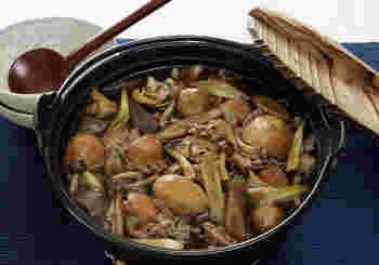 山形の郷土料理「いも煮」を鍋に。秋の鍋を囲んでのお月見パーティーも素敵ですね。風がひんやりと感じる季節。里芋のぬくもりある優しい味わいがしみわたります。