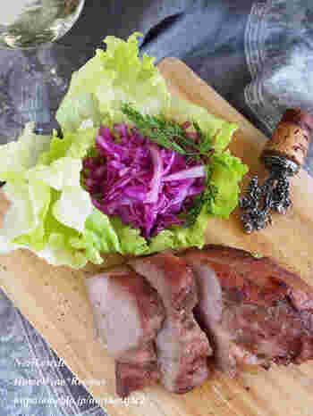 はちみつの甘味が凝縮したはちみつ豚にトリュフ塩をかけて。ジューシーな豚肉を味わえます。