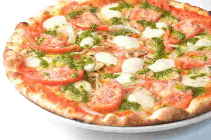 定番メニューは夕日をイメージして作られた「ピッツァ・デラセーラ」。トマトソースとジェノベーゼソースが一度に食べられる美味な一品です。