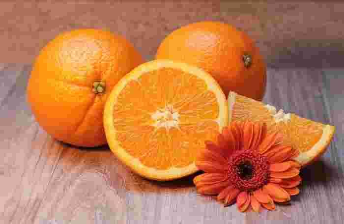 オレンジ色は「太陽」を連想させる、暖かい色。親しみやすい、明るいといったポジティブなイメージを与えてくれます。コーディネートに取り入れるとエネルギッシュなパワーが湧いてきて、多幸感溢れる印象に♪