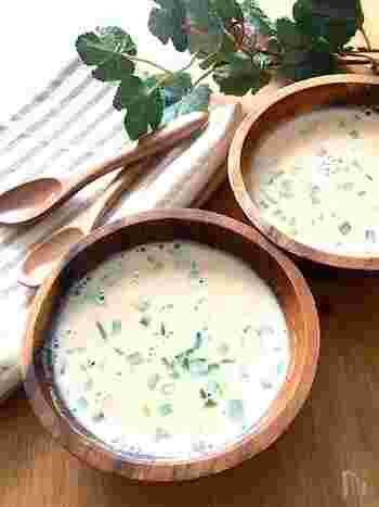 里芋を使った和風豆乳スープです。里芋はレンジで下ごしらえすることにより時間を短縮しています。なんとトータルで5分で完成しちゃいますよ!里芋と言えば、和風の煮物しか浮かばないという方にお伝えしたい一品。やさしくて簡単なレシピです。