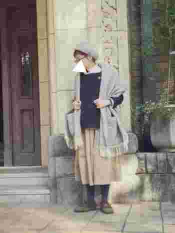 ボリュームのあるストールはコートを着る前の、ちょうど今の時期にピッタリのアイテムです。ベレー帽と色を合わせて統一感を出すと上手にコーディネートできそう。
