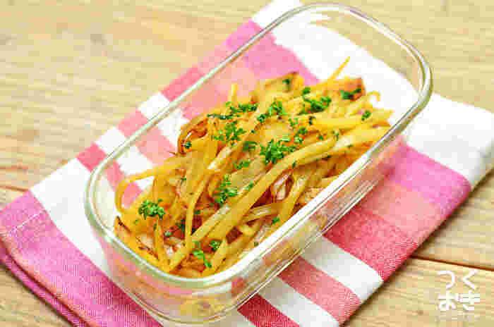 ジャガイモを細切りにして炒めた、作り置きにもおすすめな一品。コンソメとバターでシャキッと炒めます。10分で作ることができるお手軽レシピです。