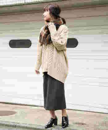 チャコールグレーのワッフルスカートは、ゆったりベージュニットを合わせて全体的に落ち着いたカラーリングで。季節感をアピールできるチェック柄ストールも色味を合わせれば、大人のナチュラルスタイルが完成します。