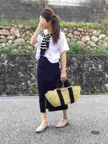 こちらもロング丈のタイトスカート。ぺたんこパンプスとカゴバッグは大人カジュアルで夏のお出かけにピッタリ。