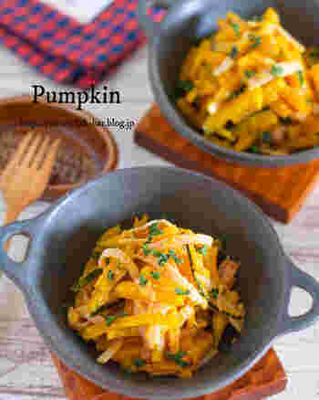 かぼちゃとハムを細切りにして、さっと油で炒めたらマヨネーズなどで和えるお手軽なサラダ。ほくほくしたかぼちゃとは、ひと味違う食感を楽しむことができそう。