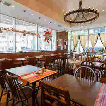 明るい店内は、天井が高く広々としており開放感に溢れています。また、内装のシャンデリアなどもオシャレでとても居心地の良い空間となっています。