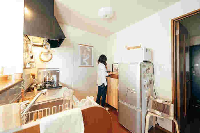 冷蔵庫の横の食器棚は、イーヴァルシリーズのキャビネットにホームセンターで購入した脚を付けて使用されているそうです。物が多くなりがちなキッチン周辺ですが、キャビネット上にも置くことができるので便利ですよね。イーヴァルの無垢材の質感が、お部屋のアクセントになっていておしゃれです。