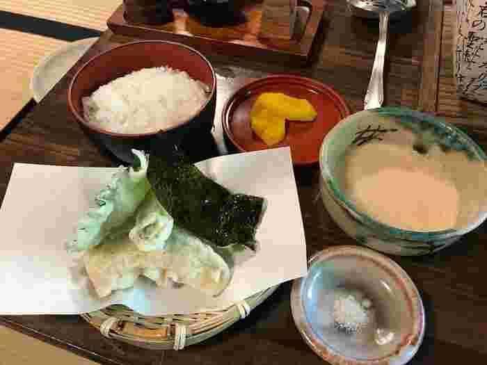 """天ぷらは揚げたてでサクサク、田楽の味噌や山椒の香りも良く、精進料理であっても単調さはなく、様々な味わいを楽しめます。優雅に庭を眺めながら""""ひととおり""""頂けば、心もお腹も大満足するはずです。"""