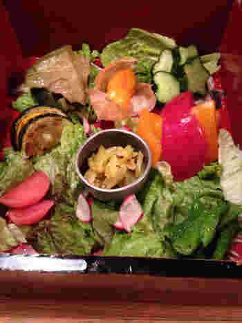 こちらのシステムは、「一汁三菜とサラダ」のコースを注文してからアラカルトを頼みます。「一汁三菜とサラダ」は、季節のお野菜を使い、アミューズ、スープ、お重に入ったたっぷりのサラダで、まずは色々な表情を見せるお野菜の魅力を楽しんで下さい。