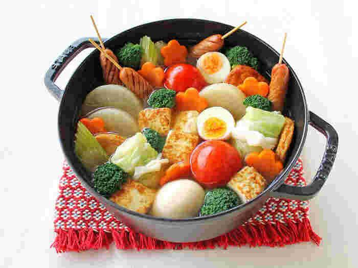 コンソメ風味のスープにめんつゆを加えて煮込んだ洋風おでん。トマトやロールキャベツ、ソーセージ、セロリなど洋風の具材でつくります。