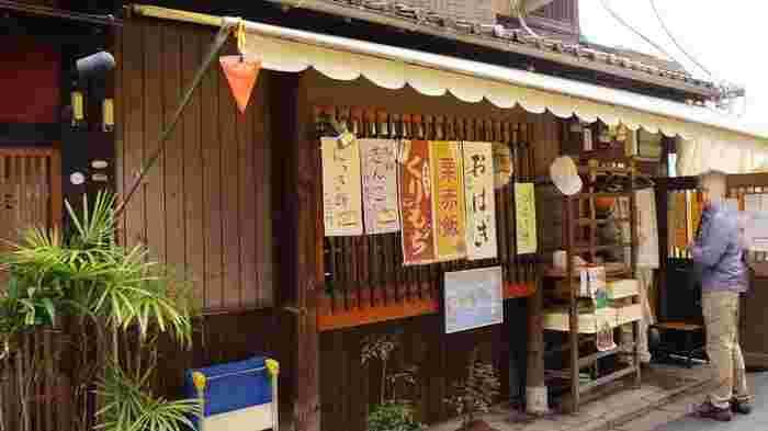 四条大橋・南座隣に店を構える「祇園饅頭」は、名物「しんこ餅」で知られる、文政2(1819)年創業の老舗和菓子店。その製造工場が「枡富」のすぐ隣にあります。工場の入口では、わらび餅や名物の『志んこ(しんこ餅)』等、出来上がったばかりの和菓子が販売されています。  ここは、遠方からはるばる訪ねて来る人も多い行列が絶えない人気スポットです。和菓子は、本来出来たてが一番美味しいもの。隣の「並河靖之七宝記念館」や「枡富」へ来るのなら、工場出来たての絶品和菓子も頂いてみましょう。