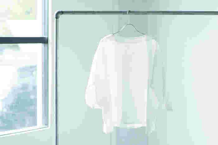 リネン服は、風通しが良いだけではなく、吸水性があり丈夫で長持ちなど、メリットが多い素材です。自宅でお洗濯も出来るので、お手入れの手間も掛からず、お気に入りのアイテムは長く使う事ができます。ワードローブにプラスしたい色々なシーンで使いたくなる魅力満載のリネン服をご紹介します。