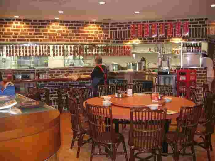 店内には、看板メニューの腸詰めがズラリ。開店から閉店まで終日混雑する人気店。台湾さながらの雰囲気も大きな魅力。