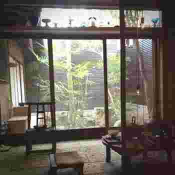 緑あふれる坪庭を望む店内でいただくお茶は、主に中国茶が中心で、福建省や台湾産のお茶、そして京都らしく宇治の抹茶などもあり、その時期におすすめ茶葉をセレクトしているそう。