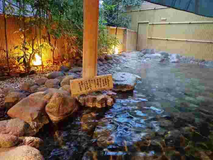 箱根湯本・塔ノ沢エリアの最大の魅力は、やはり湯坂山からこんこんと湧き出る豊富な湯量を誇る温泉。源泉の数は、湯本と塔ノ沢だけで80近くにも及びます。アルカリ単純泉の湯本温泉は、無色透明で無味無臭。誰もが入浴しやすい温泉です。  【箱根湯本「ホテルマイユクール祥月」の露天風呂「喜楽の湯」。】