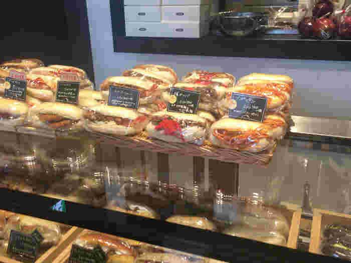 色とりどりのコッペパンは日本の給食のイメージの物ではなく、ヨーロッパのサンドイッチという感じです。