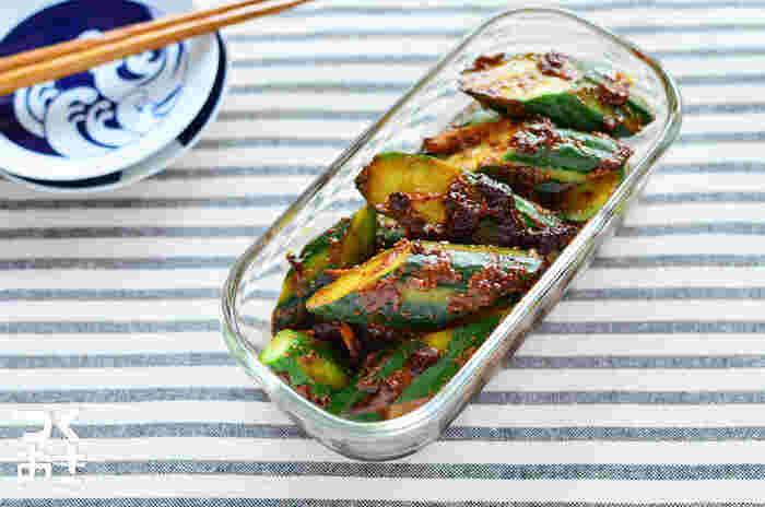 どこか懐かしい味わいの「きゅうりの赤味噌漬け」。和えてすぐでもしっかり漬かってからでもおいしいレシピです。きゅうりも水気の多い野菜なので、板ずりした後、キッチンペーパーに包んでしっかり水気をとるのがコツ。